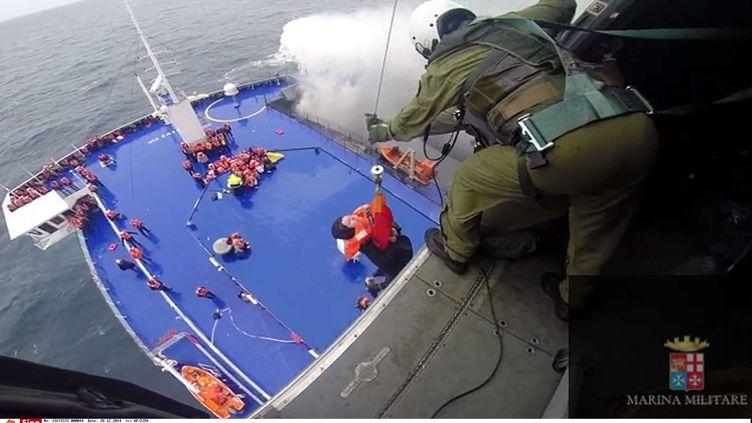 Une femme hélitreuillée par un hélicoptère de la marine italienne, depuis le pont d'un ferry en détresse au large de l'Albanie, le 28 décembre 2014. ( AP / SIPA )