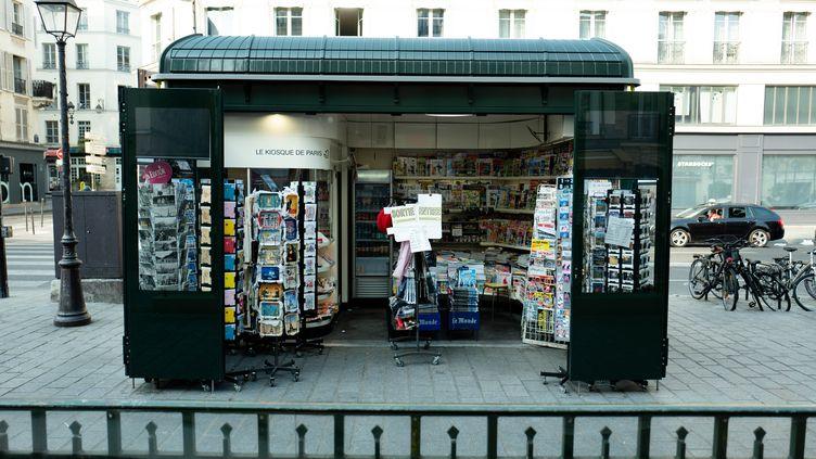 Un kiosque à journaux ouvert pendant le confinement à Paris, le 28 mars 2020. (EDOUARD RICHARD / HANS LUCAS)