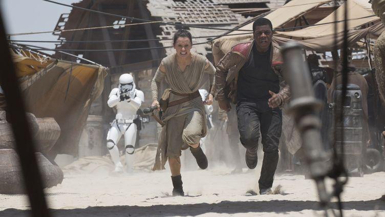 """Daisy Ridley et John Boyega dans """"Star Wars - Le Réveil de la Force"""".  (Lucasfilms 2015)"""