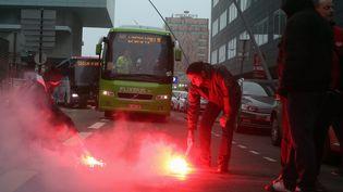 Des cheminots bloquent des bus de substitution à Lille (Nord), le 9 avril 2018. (MAXPPP)