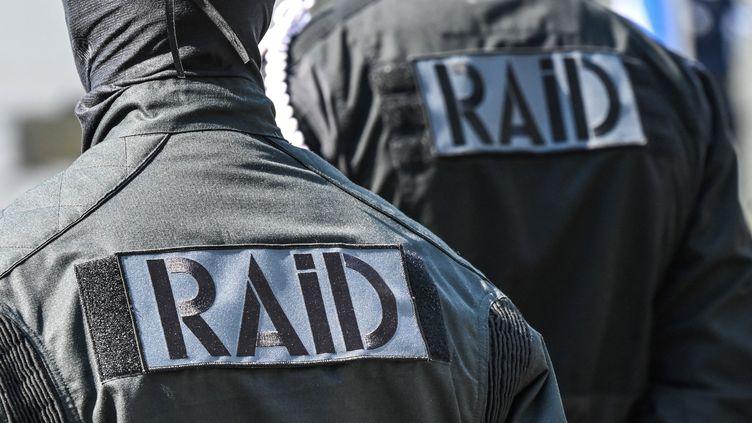 Des membres du Raid lors d'une cérémonie d'hommage à Stéphanie Monfermé, tuée lors d'une attaque terroriste islamiste au commissariat de Rambouillet (Yvelines), le 30 avril 2021. (DENIS CHARLET / AFP)