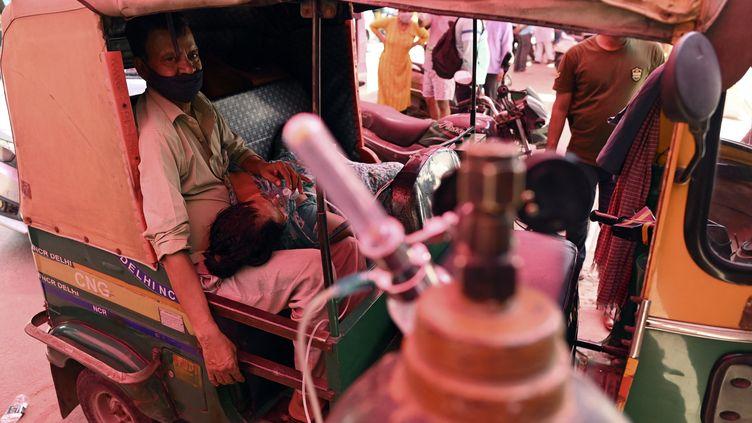 Unemaladedu Covid-19 respire à l'aide d'une bombonne d'oxygène à Ghaziabad (Inde), le 26 avril 2021. (SAJJAD HUSSAIN / AFP)