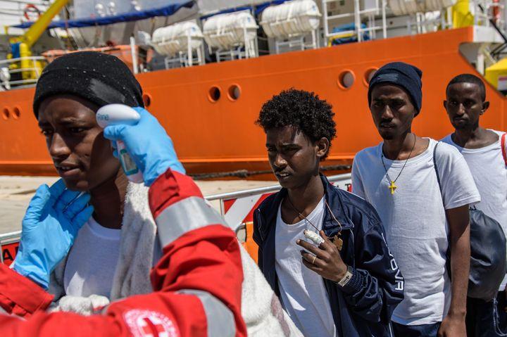 """La Croix-Rouge prend la température de migrants à bord de l'""""Aquarius"""", le 23 avril 2018, à Trapani, en Sicile (Italie). (MAXPPP)"""