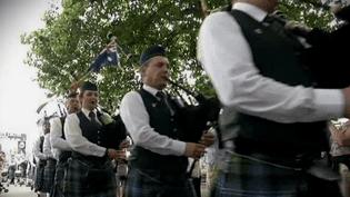 """Le """"Queensland Irish Pipe Band"""" d'Australie compte une quarantaine de musiciens.  (capture d'écran France 3 / Culturebox)"""