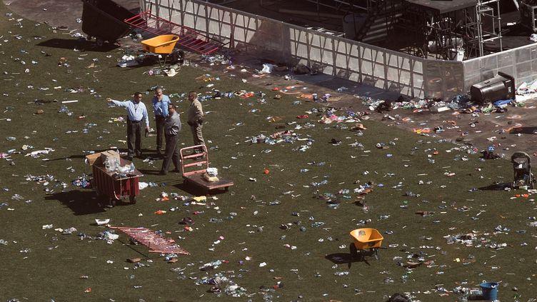 Des policiers sur les lieux où des spectateurs ont été abattus lors d'un festival de musique country, à Las Vegas (Nevada, Etats-Unis), le 3 octobre 2017. (DREW ANGERER / GETTY IMAGES NORTH AMERICA / AFP)