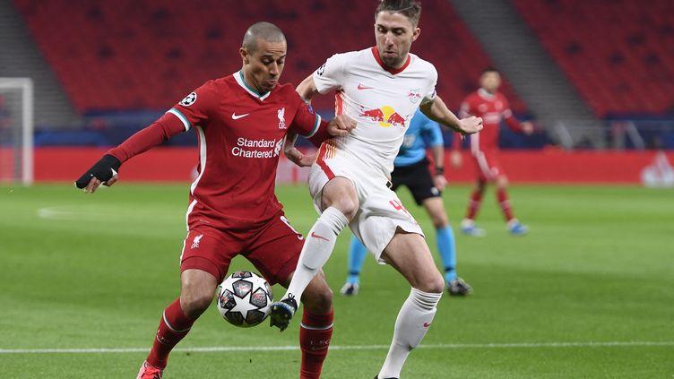 Le milieu de terrain Thiago Alcantara (Liverpool) en duel avec Kevin Kampl (ATTILA KISBENEDEK / AFP)