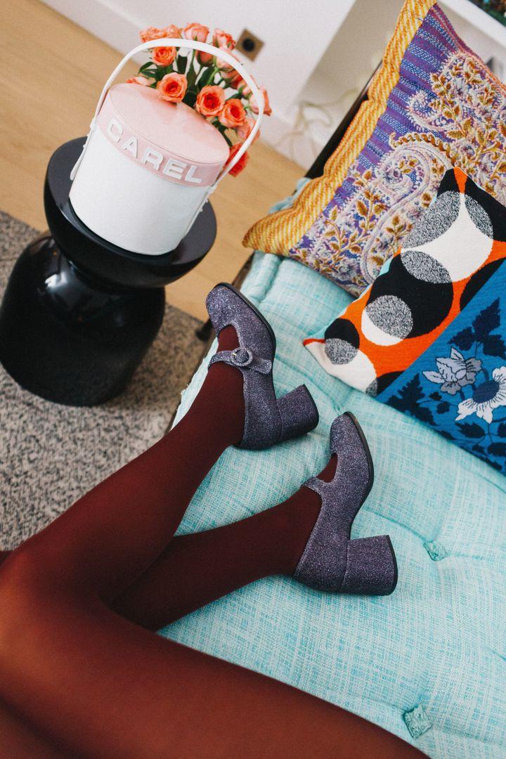 Carelchine des peausseries oubliées, des restes de productions et en leur offrant une nouvelle vie en produisant des séries limitées de chaussures (Carel)