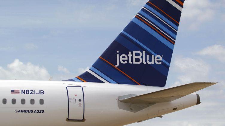 Un A320 appartenant à la compagnie américaine JetBlue le 8 avril 2013 à l'aéroport de Mobile en Alabama (Etats-Unis). (MATTHEW HINTON / AFP)