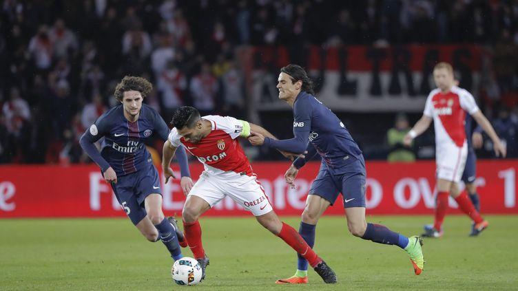 A l'image de Radamel Falcao devant Edinson Cavani, Monaco garde une longueur d'avance sur le PSG (STEPHANE ALLAMAN / STEPHANE ALLAMAN)