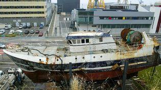 """L'épave du chalutier """"Bugaled Breizh"""", mis à sec dans l'arsenal militaire de Brest (Finistère),Vue générale, le 15 juillet 2004. (MARCEL MOCHET / AFP)"""