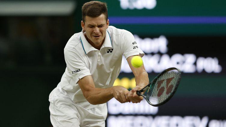 Le Polonais Hubert Hurkacz au retour face au Russe Daniil Medvedev,dans un match comptant pour les 8e de finale de Wimbledon et disputé sur deux jours, conclu le 6 juillet 2021. (ADRIAN DENNIS / AFP)