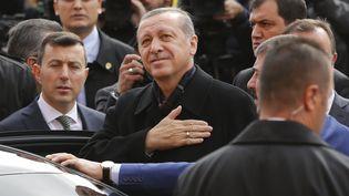 Le président turc Recep Tayyip Erdogan salue ses supporters, le 1er novembre 2015, après avoir voté lors des législatives turques, à Istanbul. (MURAD SEZER / REUTERS)