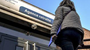 Une femme entre dans une agence de l'Assurance-retraite, le 15 février 2019, à Armentières, dans le Nord de la France. (PHILIPPE HUGUEN / AFP)