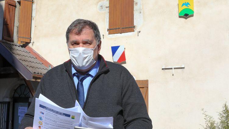 Le maire deLa Balme-de-Sillingy (Haute-Savoie) devant sa mairie, le 28 février 2020. Il a déclaré être porteur du virus le lendemain. (MAXPPP)