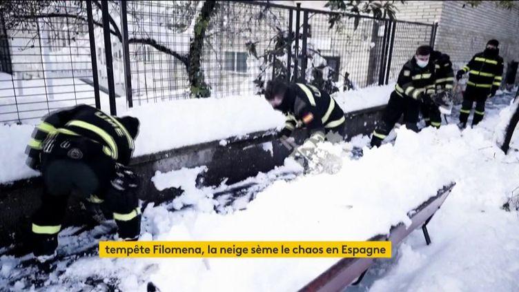 Des militaires déneigent à Madrid (Espagne) (FRANCEINFO)