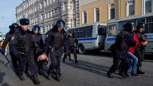 Des policiers lors de la manifestation anti-corruption à Moscou, le 26 mars 2017. (ALEXANDER UTKIN / AFP)