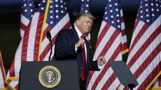 """Donald Trump esquisse un pas de danse sur""""YMCA"""" des Villages People à la fin d'un meeting électoral à Newport le 25 septembre 2020. (DREW ANGERER / GETTY IMAGES NORTH AMERICA)"""