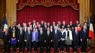 Le nouveau gouvernement Valls III pose à l'Elysée, à Paris, le 17 février 2016. (STEPHANE DE SAKUTIN / AFP)