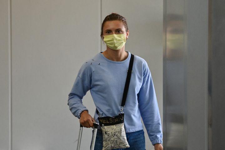 Krystsina Tsimanouskaya all'aeroporto di Tokyo prima di volare a Vienna il 4 agosto (CHARLY TRIBALLEAU / AFP)
