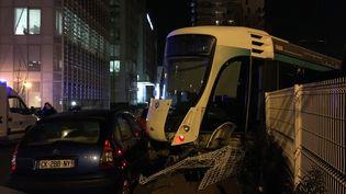 Un tramway a percuté une rame à l'arrêt, lundi 11 février 2019, àIssy-les-Moulineaux (Hauts-de-Seine). (VIOLAINE DOMON / FRANCEINFO)