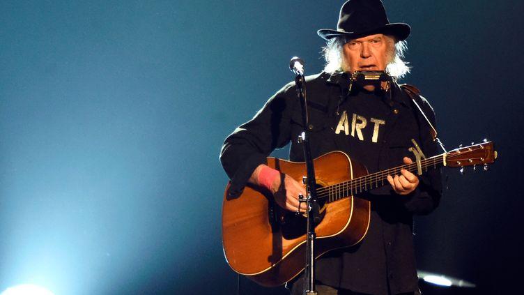 Le chanteur canadien Neil Young se produit sur scène, le 6 février 2015, à Los Angeles (Etats-Unis). (FRAZER HARRISON / GETTY IMAGES NORTH AMERICA / AFP)