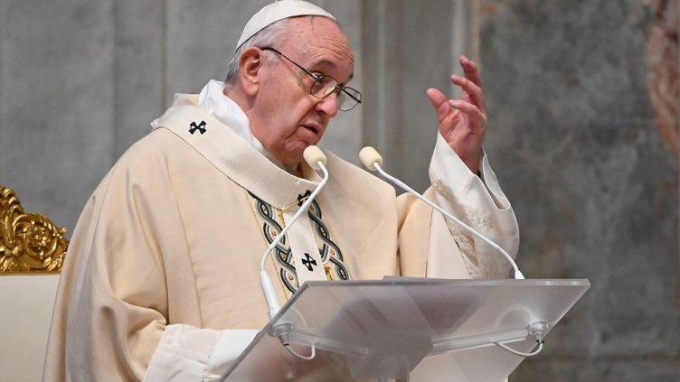 Le pape François lors d'une messe, le 22 novembre 2020 au Vatican. (VINCENZO PINTO / AFP)
