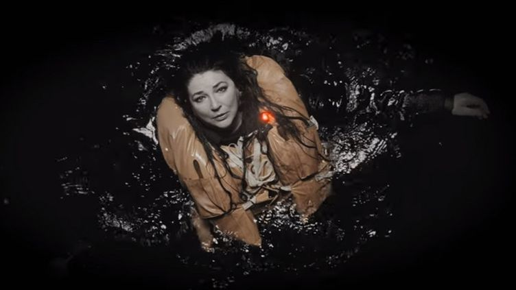 "Kate Bush en détresse dans son clip ""And Dream of Sheep"" (novembre 2016)  (Capture image Youtube)"