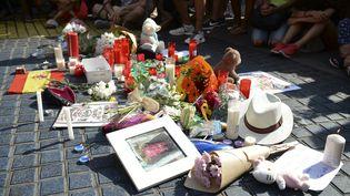 Des fleurs, des messages et des objets ont été déposés sur La Rambla,en hommage aux victimes des attaques qui ont touché Barcelone (Espagne) jeudi 17 août 2017. (JOSEP LAGO / AFP)