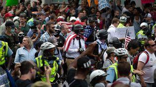 Une vingtaine de suprémacistes blancs se sont rassemblés à Washington, le 12 août 2018, un an après les incidents meurtriers de Charlottesville. (YASIN OZTURK / ANADOLU AGENCY / AFP)
