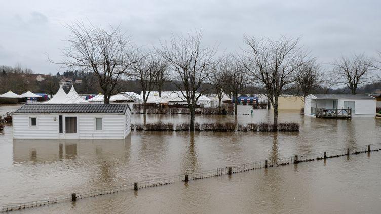 Une rue inondée par la crue de la rivière Ognon à Marnay (Haute-Saône), près de Besançon, le 7 janvier 2018. (SEBASTIEN BOZON / AFP)