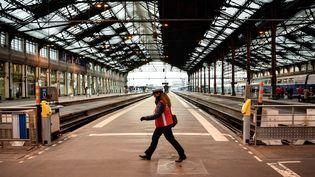 Une employée de la SNCF, dans la gare de Lyon à Paris, le 22 mars 2018. (CHRISTOPHE SIMON / AFP)
