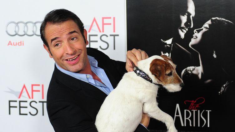 Jean Dujardin et le chien Uggie, le 8 novembre 2011 en Californie (Etats-Unis). (FREDERIC J. BROWN / AFP)