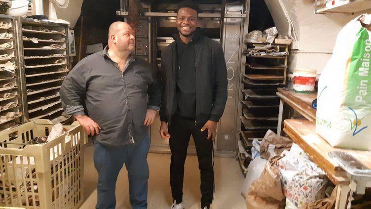 Stéphane Ravaclay (à gauche),boulanger à Besançon se bat pour garder son apprenti Laye Fodé Traore, un jeune immigrant de Guinée qui est menacé d'expulsion, le 4 janvier 2021. (CHRISTOPHE MEY / FRANCE-BLEU BESANÇON)