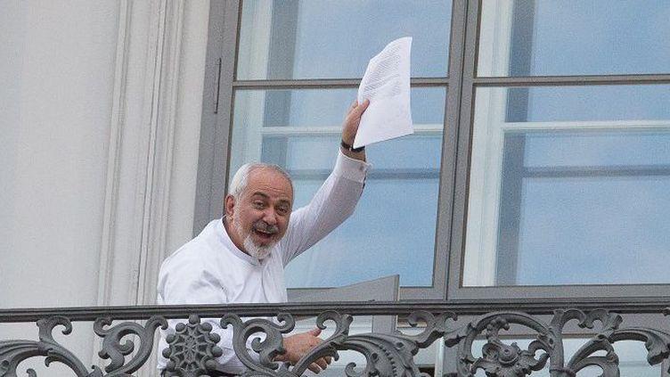 Le ministre iranien des Affaires étrangères Mohammad Javad Zarif montre une partie du projet de l'accord sur l'énergie nucléaire à Vienne, en Autriche, le 12 juillet 2015 (AFP/Mehdi Ghassemi / DPA)