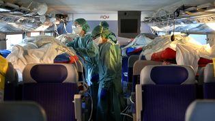 Un TGV médicalisé transporte des patients atteints du coronavirus depuis Nancy et Metz vers la région Nouvelle-Aquitaine, le 29 mars 2020. (ALEXANDRE MARCHI / AFP)