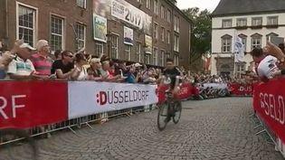 Pour la première fois depuis 1987, le Tour de France de cyclisme prend son départ en Allemagne, dans la ville de Düsseldorf, samedi 1er juin. Une nouveauté qui ravit spectateurs et coureurs. (FRANCE 2)