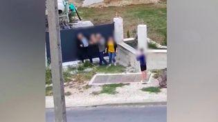 En Seine-et-Marne, le maire de Chalifert a été roué de coups par un habitant lundi 24 août. L'agression, filmée par un passant, est partie d'un différend lié à une histoire de stationnement. (France 2)