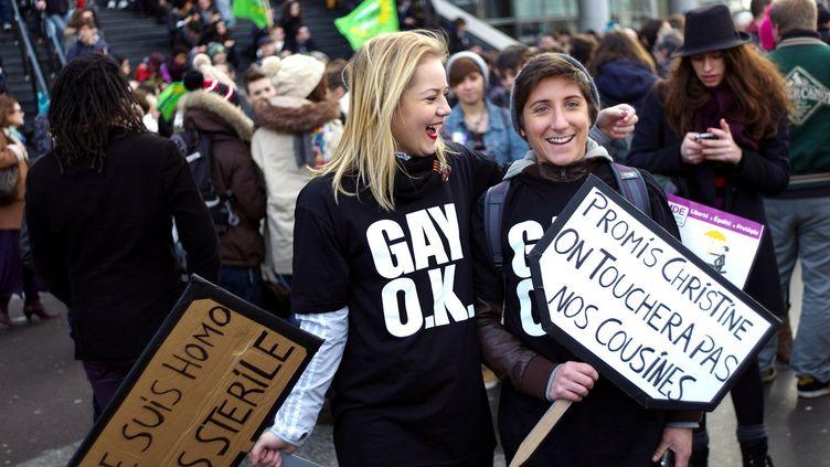 Deux femmes manifestent à Paris, le 16 décembre 2012, pour le projet de loi ouvrant le mariage aux homosexuels. (FRED DUFOUR / AFP)