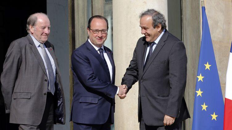 Michel Platini (à droite) a rencontré le président François Hollande (au centre), accompagné de Jacques Lambert (à gauche), président du comité d'organisation de l'Euro 2016 (FRANCOIS GUILLOT / AFP)