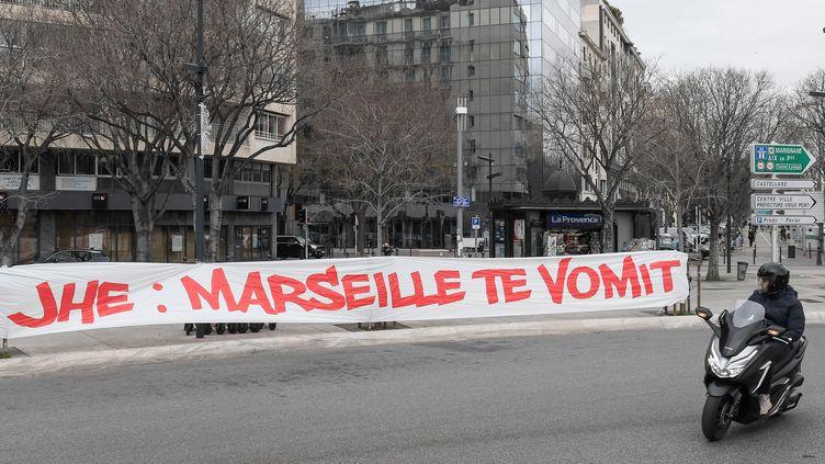 Une banderole déployée dans Marseille dirigée contre le président olympien Jacques-Henri Eyraud, samedi 30 janvier 2021. (NICOLAS TUCAT / AFP)