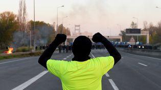 """Un soutien du mouvement des """"gilets jaunes"""", à Bordeaux (Gironde), le 19 novembre 2018. (NICOLAS TUCAT / AFP)"""