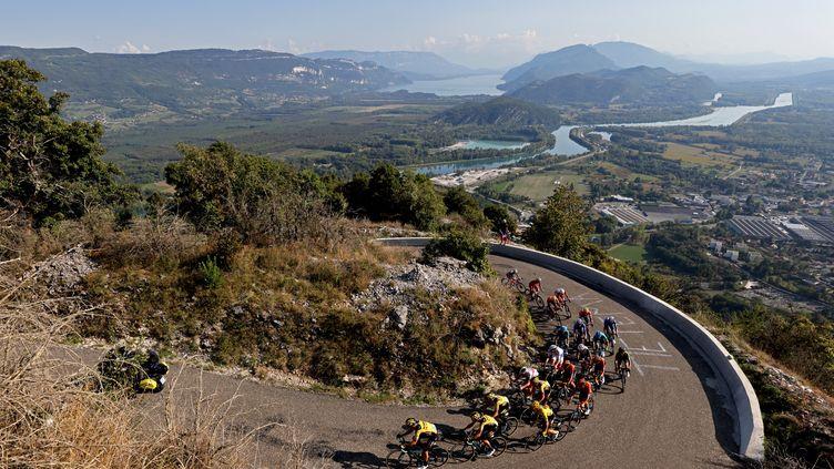 Les leaders du Tour de France seuls dans le Grand-Colombier (KENZO TRIBOUILLARD / AFP)