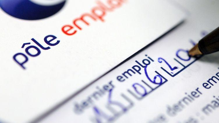 Document d'inscription à Pôle emploi, le 24 septembre 2012 à Brest (Finistère). (FRED TANNEAU / AFP)