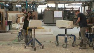 Une filière synonyme de succès. Les Compagnons du devoir forment chaque année de nombreux jeunes artisans, dont 90% trouvent rapidement un travail par la suite. (France 2)