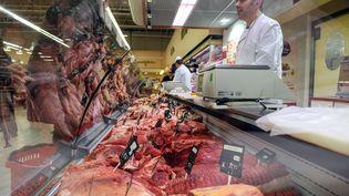 Un client achète de la viande à la boucherie d'un supermarché de Besançon (Doubs), le 1er mars 2013. (SEBASTIEN BOZON / AFP)