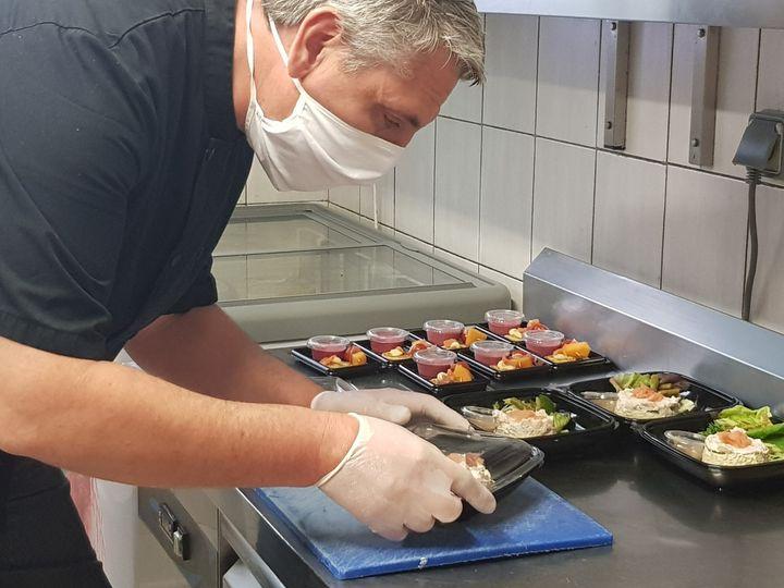 Le chef Laurent Compain prépare desbavarois d'asperges vertesà emporter dans son restaurant de La Flèche (Sarthe), le 23 avril 2020. (LAURENT COMPAIN / FRANCEINFO)