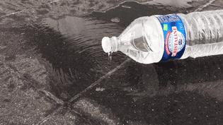 """Une bouteille d'eau Cristaline avec un bouchon """"Snap Clic"""". (FRANCEINFO)"""