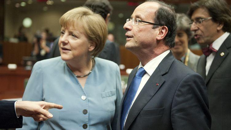 La chancelière allemande Angela Merkel et le président français François Hollande au Conseil européen de Bruxelles, le 23 mai 2012. (LIONEL BONAVENTURE / AFP)