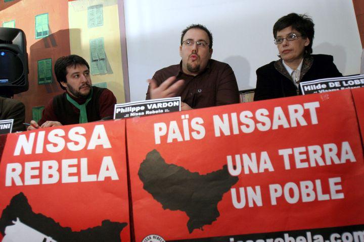 Philippe Vardon (au centre), candidat aux législatives de 2007 du groupe identitaire Nissa Rebela, tient une conférence de presse, le 27 janvier à Nice (Alpes-Maritimes). (ERIC ESTRADE / AFP)