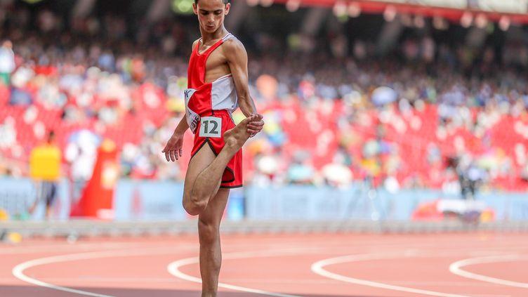 Le coureur yéménite Abdullah Al-Qwabani a couru les séries du 5 000 m pieds nus, mercredi 26 août,lors des Mondiaux de Pékin (Chine). (MICHAEL KAPPELER / DPA / AFP)